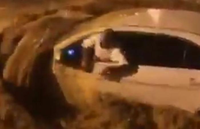 الخليح | مشهد بطولي.. إنقاذ قائد مركبة جرفته السيول جنوب الرياض