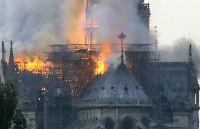حريق هائل في كاتدرائية نوتردام في باريس (فيديو)