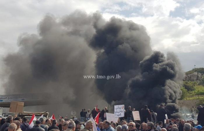 """""""ثورة"""" للعسكريين المتقاعدين.. إطارات مشتعلة وإقفال طرقات!"""