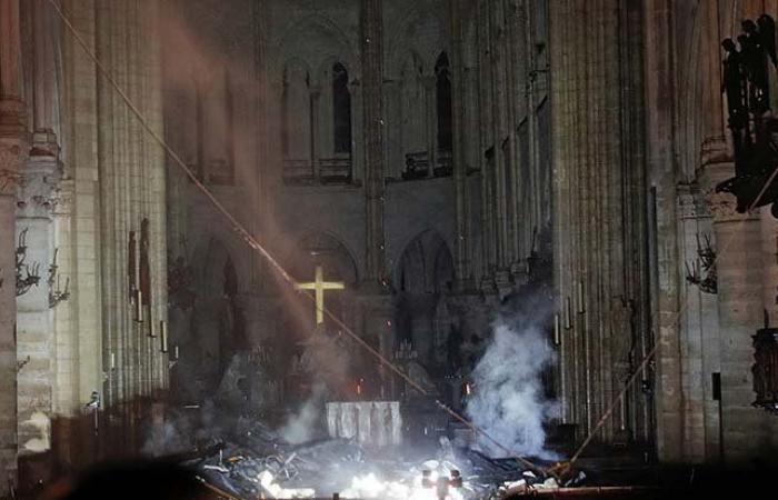 صليب كاتدرائية نوتردام يصمد وسط النيران (صور)