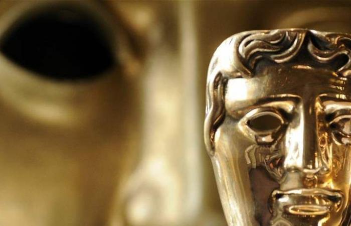 إطلالات حفل 'BAFTA'.. نجمة ترتدي فستاناً من القمامة! (صورة)
