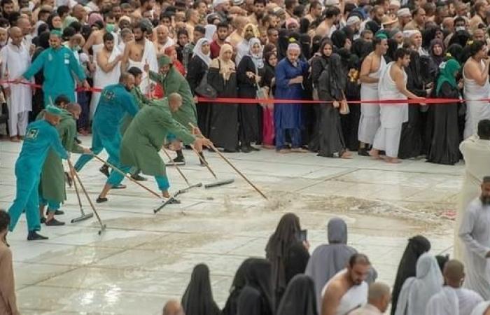الخليح | شاهد ما فعله 2000 عامل وقت هطول الأمطار على المسجد الحرام