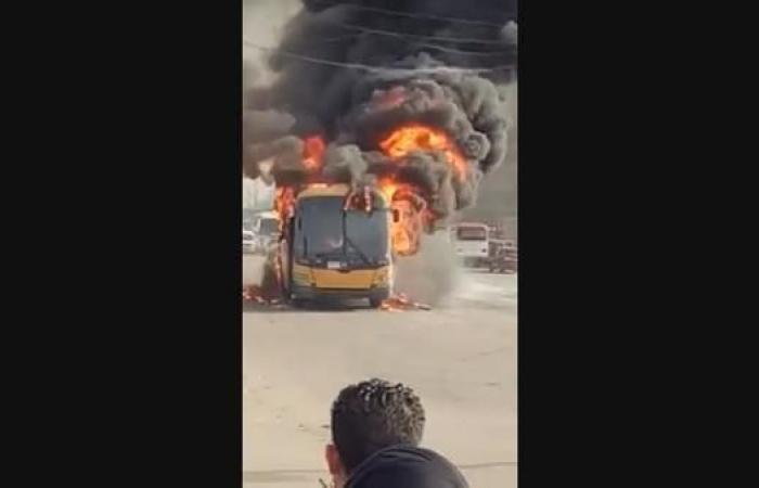 مصر | فيديو.. النيران تلتهم حافلة بمصر بسبب ارتفاع حرارة الجو