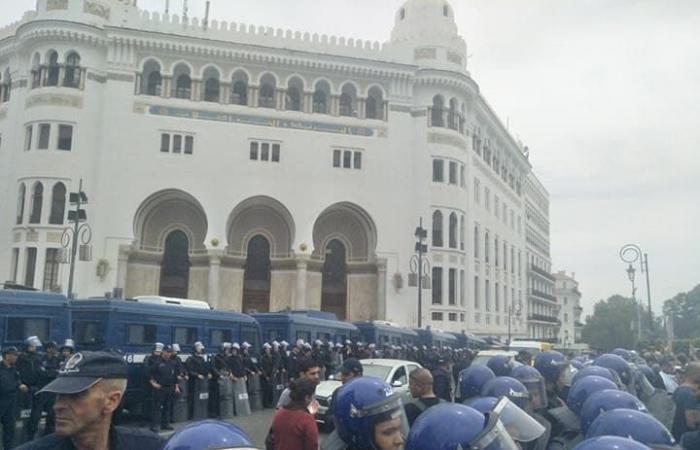 الجزائر.. تظاهرات رغم إقفال سلالم البريد المركزي
