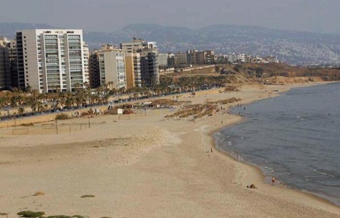 بدء ازالة العوائق وتنظيف شاطئ الرملة البيضاء
