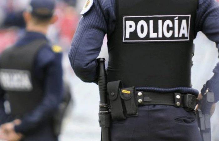 في الأوروغواي.. شرطي يعاقب فتاة والسبب غريب!