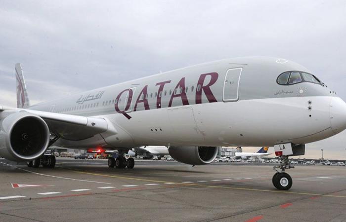 طائرة قطرية تشكل ظاهرة غريبة (بالفيديو)