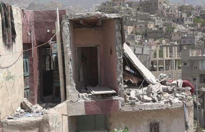 اليمن | بالصور.. قذيفة حوثية تُسيل دماء أطفال تعز