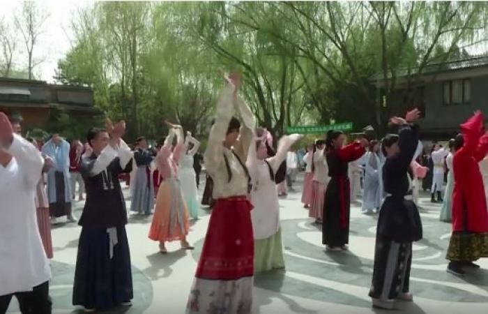 """شباب في الصين يحاولون إحياء لباس """"هانفو"""" التقليدي"""