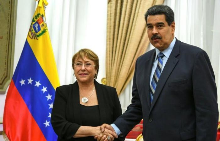 """مادورو يتعهد """"النظر بجدية"""" بتوصيات باشليه"""