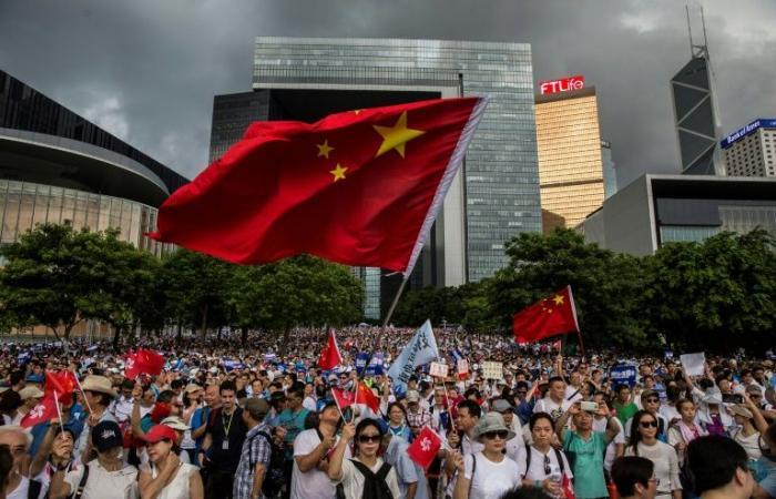 متظاهرون يحتلون شوارع رئيسية في هونغ كونغ