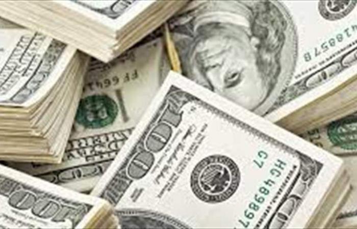 الدولار يتراجع للجلسة الثالثة على التوالي