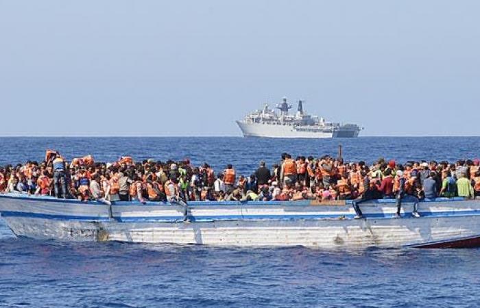 اعتراض زورق يقل 53 مهاجرا قبالة سواحل ليبيا
