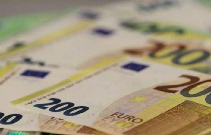 اليورو عند أدنى مستوى في أسبوع مع تنامي التوقعات بتعزيز سياسة التيسير