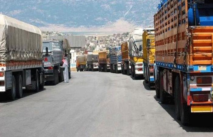 مالكو الشاحنات العمومية في المرفأ يسيرون بالإضراب