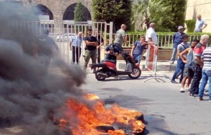 ذوو الاحتياجات الخاصة يقطعون الطريق أمام بلدية الميناء