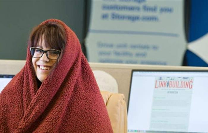 كُشف السر: هذا سبب إحساس المرأة بالبرد بالمكتب.. وهكذا تتأثر!
