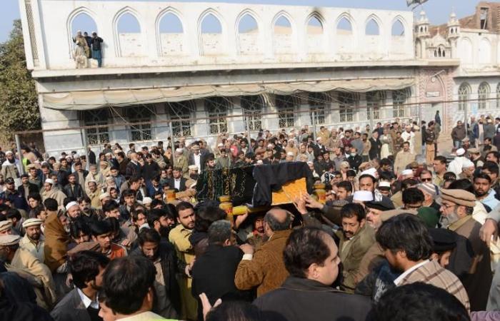 انتحارية تفجر نفسها وتقتل ستة أشخاص في باكستان