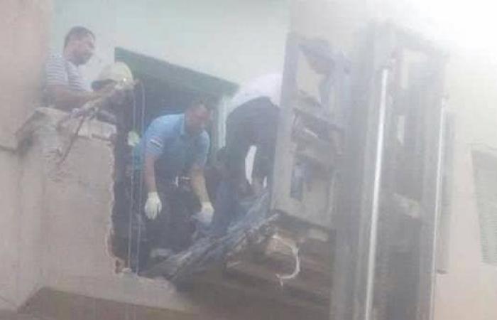 مصر   حطموا شرفة منزله.. نقل مصري وزنه 350 كلغ برافعة للمستشفى