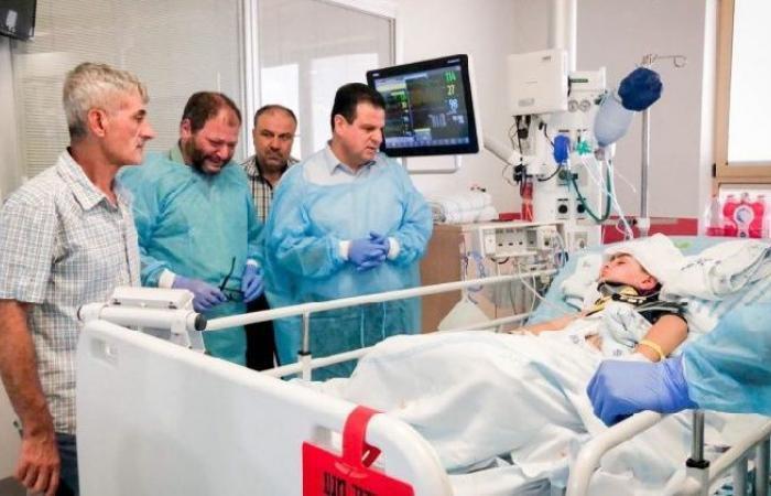 فلسطين | نائب إسرائيلي يجهش بالبكاء عند زيارته الطفل اشتيوي