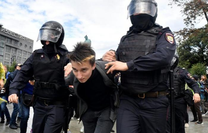 """برلين: توقيف متظاهرين في موسكو يشكل """"خرقا"""""""