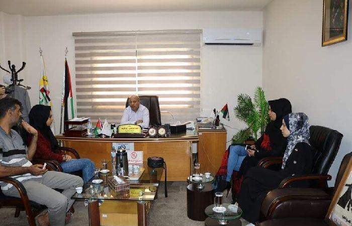 فلسطين | ابو هولي يستقبل في مكتبه الطالبتين المبدعتين اية مسعود وناريمان ابو سمرة