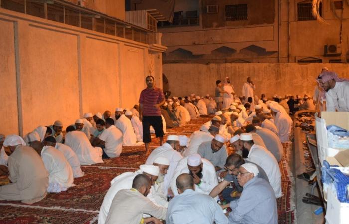 الخليح   شاهد كيف رحب سكان حي في مكة بالحجاج