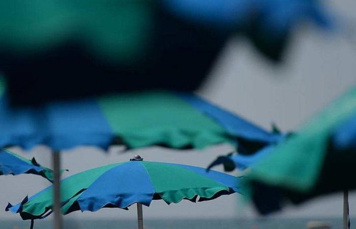 مظلة تقتل فتى على الشاطئ
