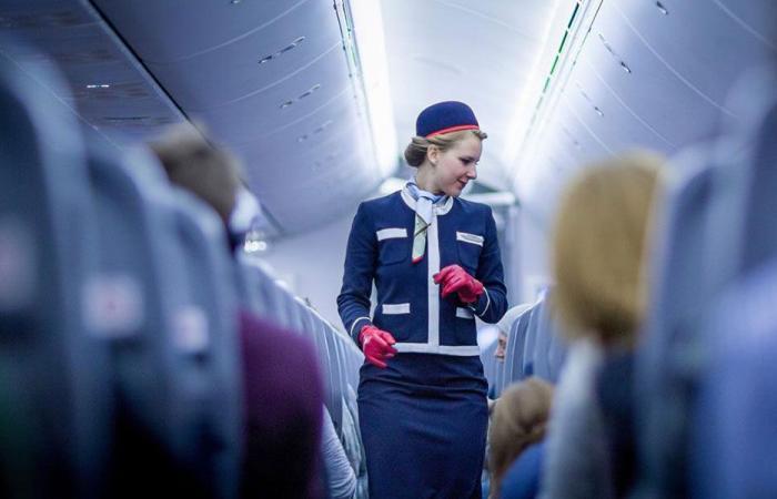 """مضيفة طيران ثملة على متن الطائرة.. """"أين نحن؟"""" (بالفيديو)"""