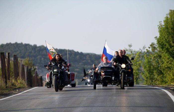 """بالفيديو: بوتين يقود دراجة نارية مع نادي """"الذئاب الليلية"""""""