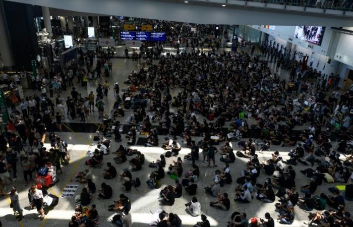 مئات المحتجين يعودون مجددًا إلى مطار هونغ كونغ