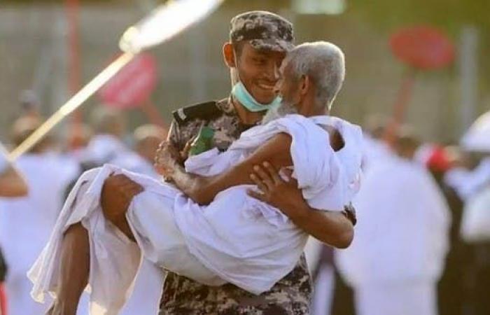 الخليح | قصة رجل الأمن السعودي الذي حمل حاجاً مسناً وشغل الإعلام