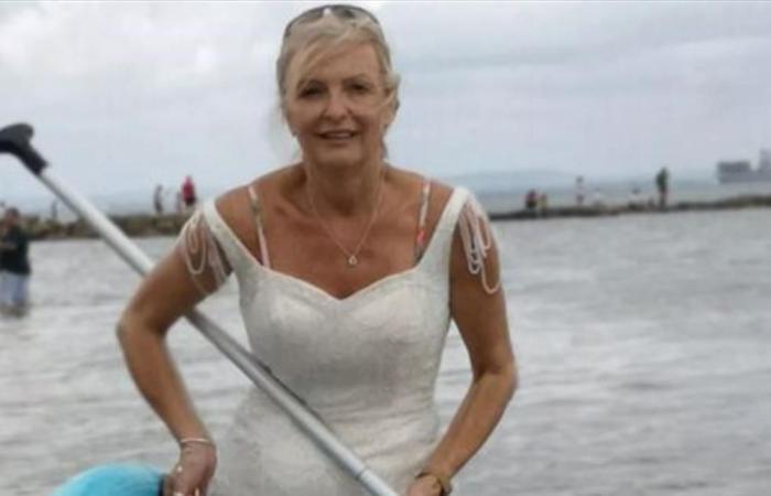 قررت ارتداء فستان زفافها يومياً خلال تنظيف المنزل والتسوق.. لسبب غريب!