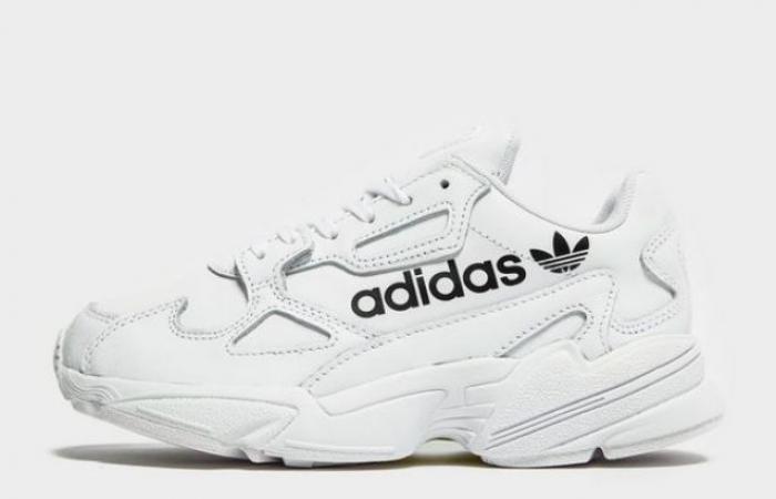 الأحذية الرياضية المفضلة لدى كايلي جينر تعود بألوان جديدة من أديداس