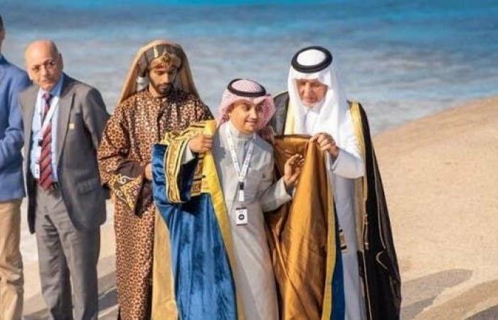 الخليح | السعودي محمد يعقوب يرتدي بردة شاعر عكاظ هذا العام