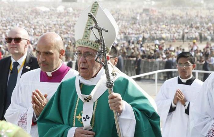 فتاة تفاجئ البابا بالرقص والتصفيق خلال عظته.. كيف كانت ردة فعله؟