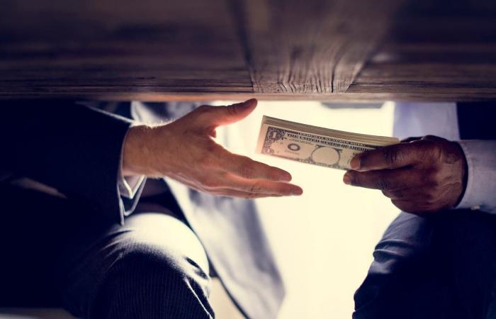 العراق | فضائح الفساد في العراق.. متنفذون يبيعون مناصب بالدولة