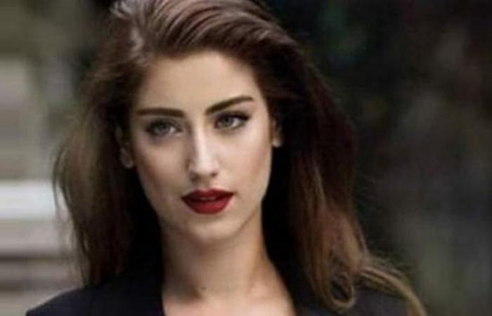 ممثلة تركية تستعرض حملها بالشورت القصير!