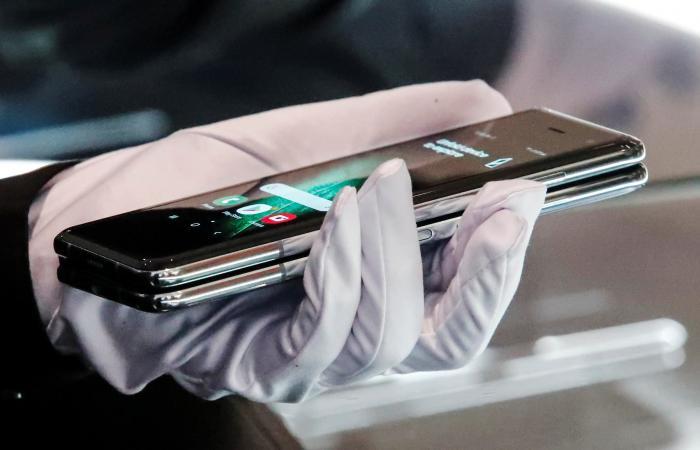"""مفاجأة سامسونغ..هاتف سري يتحول فجأة إلى """"محارة"""""""