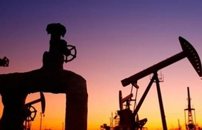 النفط يغلق منخفضا.. هذا سعر برميل 'برنت' الجديد