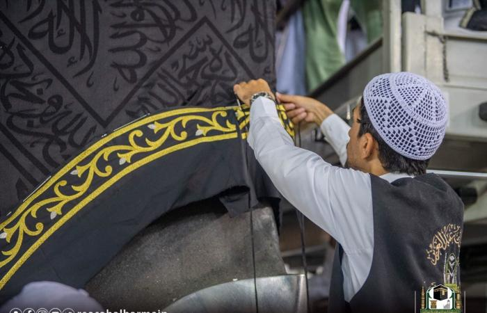 الخليح | بالصور.. شاهد إسدال ثوب الكعبة المشرفة