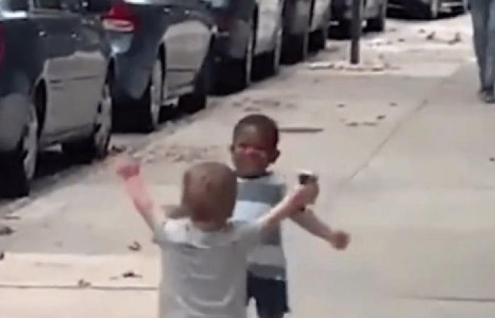 """مشهد عناق حول """"اللاعنصرية"""" يحقق ملايين المشاهدات (فيديو)"""