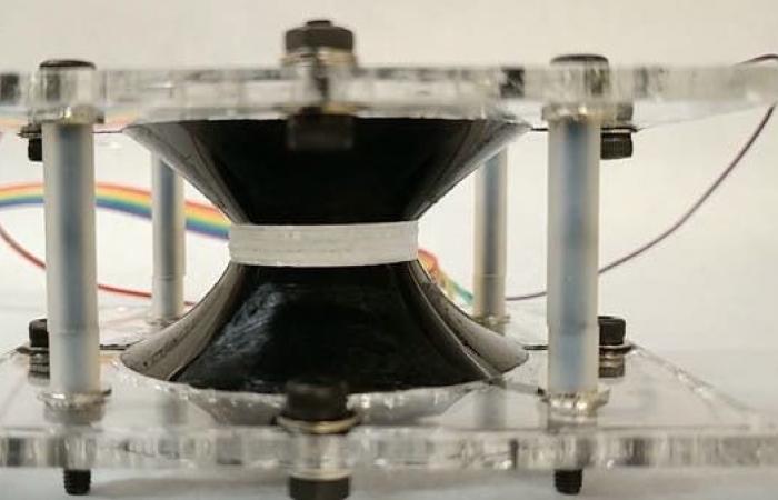 عدسة روبوتية يمكن التحكم بها مثل عين الإنسان (فيديو)