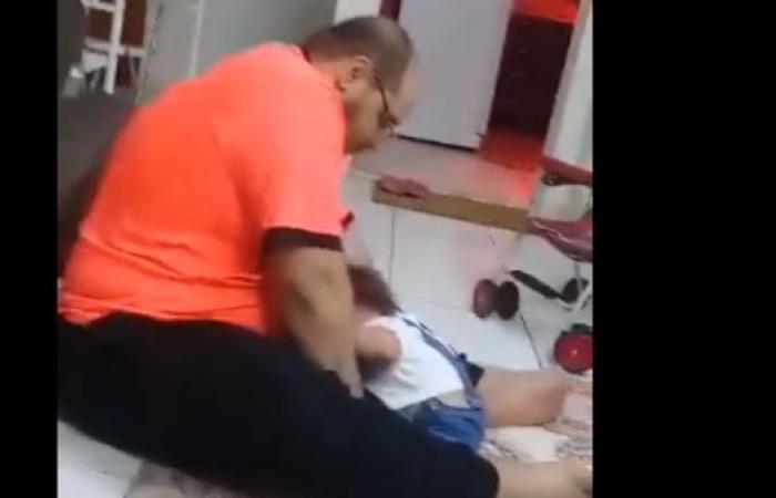 الخليح | السعودية.. التحقيق بفيديو مفزع لشخص يعذب رضيعة بعنف