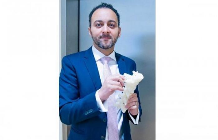 استخدام عمود فقري صناعي ثلاثي الأبعاد ودعامات حاسوبية في عملية جراحية لتصحيح الجنف الأساسي