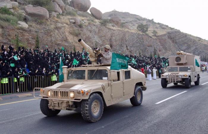 الخليح | 2000 جندي يسيرون على درب عسير التاريخي احتفالاً باليوم الوطني