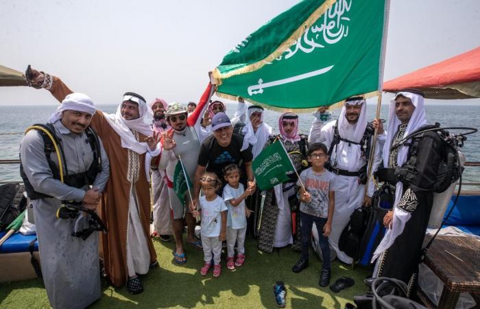 الخليح   شاهد.. سعوديون يحتفلون باليوم الوطني تحت الماء