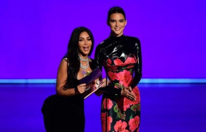 """كيم كارداشيان تتعرض لموقف محرج خلال تقديم جوائز """"إيمي"""" (فيديو)"""