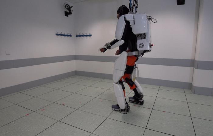 مشلول استعاد الحركة بفضل هيكل آلي: تعلمت استخدام مخي