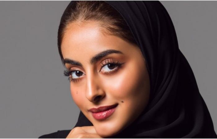جود عزيز تفاجئ جمهورها بخلع الحجاب وتتعرض للهجوم (فيديو)